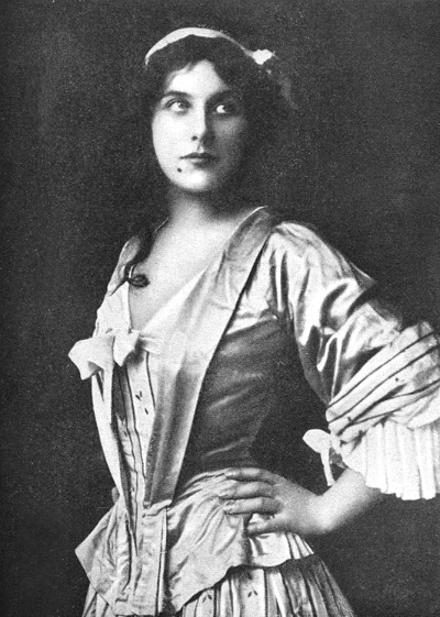Geraldine Farrar, as Manon, in 1909.