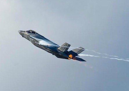 F-35 stealth fighter jet doing vertical climb